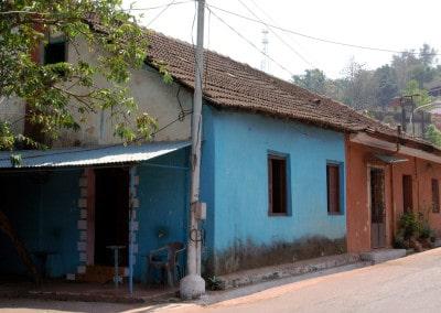 rue déserte en plein soleil de midi à Goa