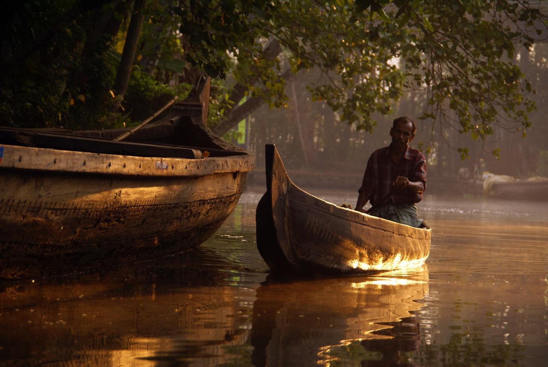 En barque sur les backwaters