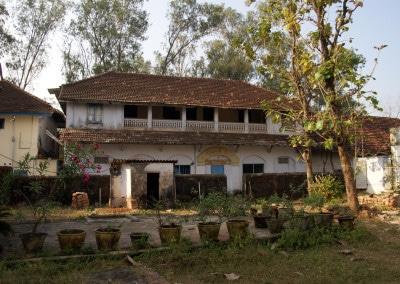 De vieilles maisons masquent le temple jaïn d'Allepey