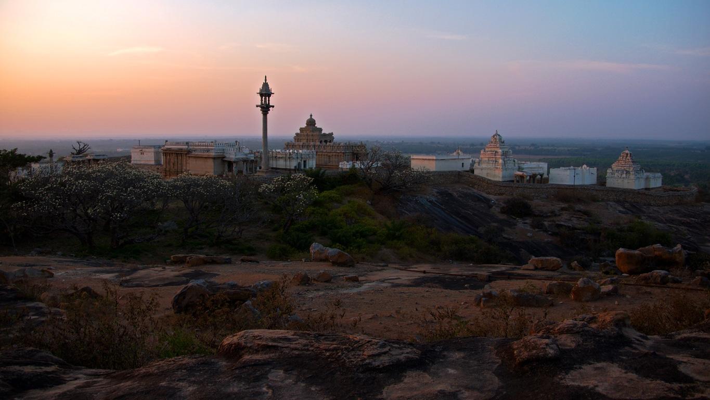Superbe coucher de soleil sur les temples jaïn de Sravanabelagola (Karnataka)
