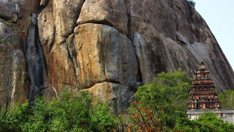 Le temple est adossé au rocher (Gingee, Tamil Nadu)