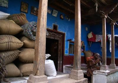 Sur le seuil, à Badami (Karnataka)
