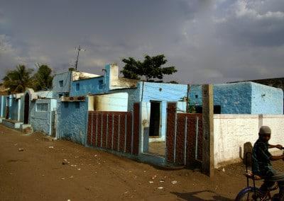 une nouvelle façade bleue turquoise se détache sur le ciel noir d'orage à Bijapur (Karnataka)