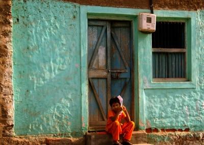 Sur le seuil à Bijapur (Karnataka)