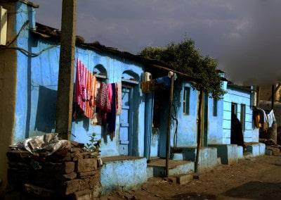 Le bleu de cette façade tranche magnifiquement sur ce ciel d'orage à Bijapur (Karnataka)