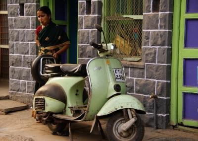 le beau scooter devant la porte, à Bijapur (Karnataka)