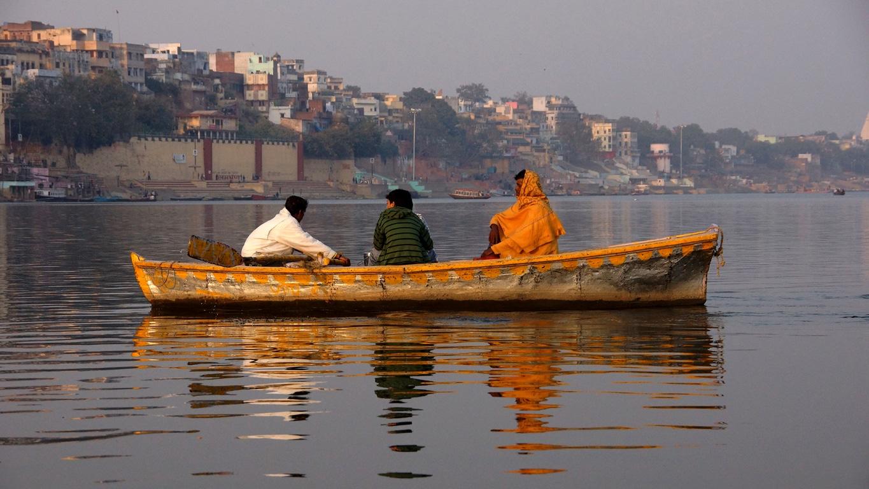 Un passeur sur le Gange, à Varanasi
