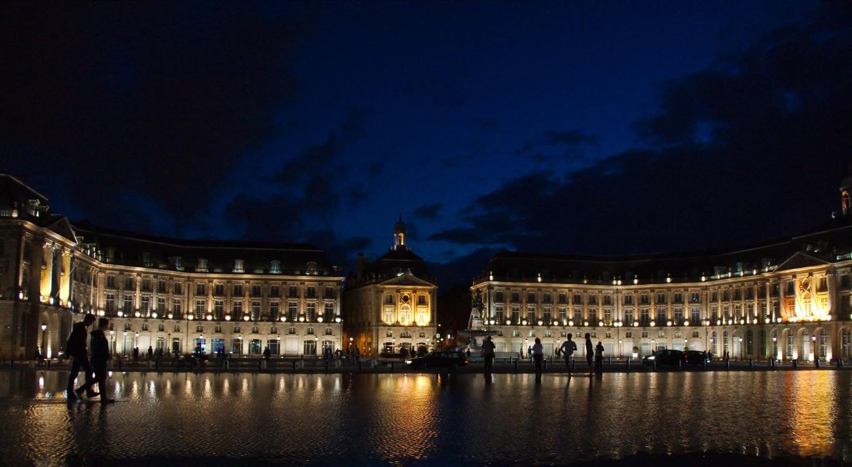 Le miroir d'eau devant La Bourse à Bordeaux