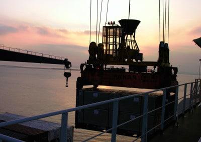 Toute la nuit se poursuit le chargement des containers en route pour les Antilles françaises