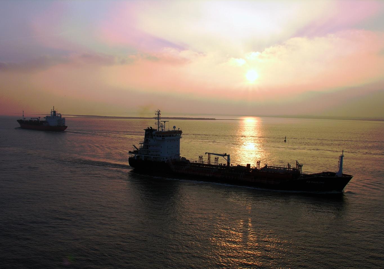 Le Fort Saint Pierre vient d'appareiller aux premières lueurs du soleil levant.