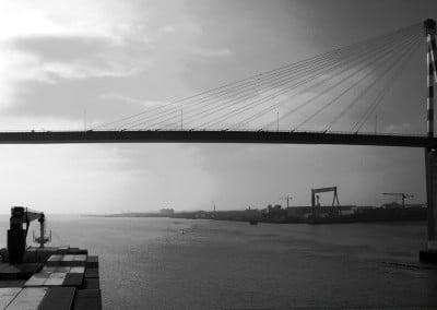Le cargo Fort Saint Pierre vient de quitter le port de Montoir en passant sous le pont enjambant la Loire à son estuaire .