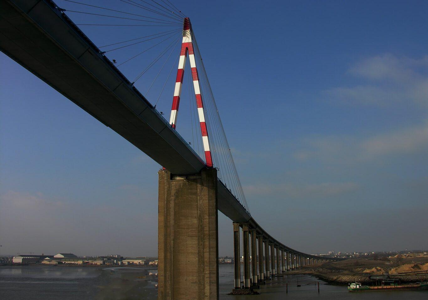 Le pont qui enjambe la Loire à son estuaire à Montoir (port de Saint Nazaire) est une merveilleuse prouesse technologique et esthétique