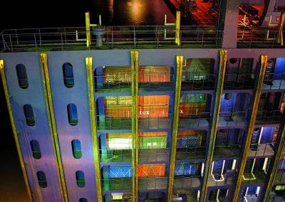 Passerelles d'accès aux containers, de nuit