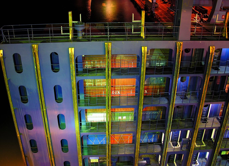 Passerelles d'accès aux containers, de nuit Fort Sainte Marie