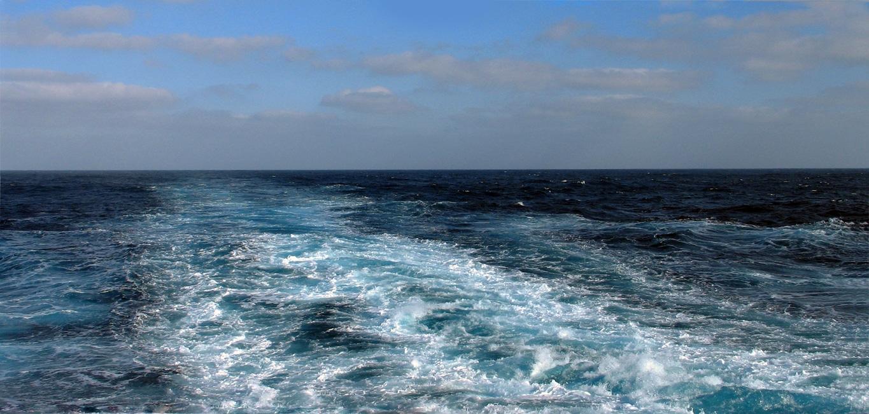 Le sillage d'un gros porte container en pleine traversée de l'l'océan