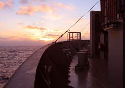 Au milieu de l'Atlantique, à bord du cargo Fort Saint Pierre, un superbe coucher de soleil sur la proue