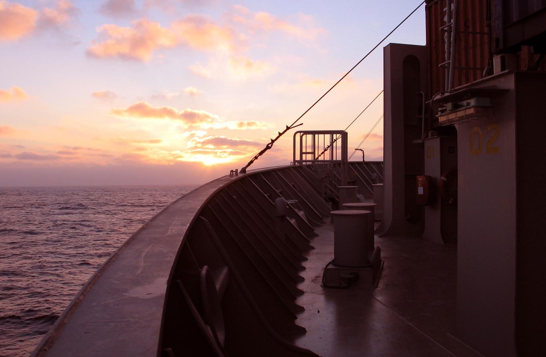 Coucher de soleil sur la proue du Fort saint Pierre, au milieu de l'Atlantique,