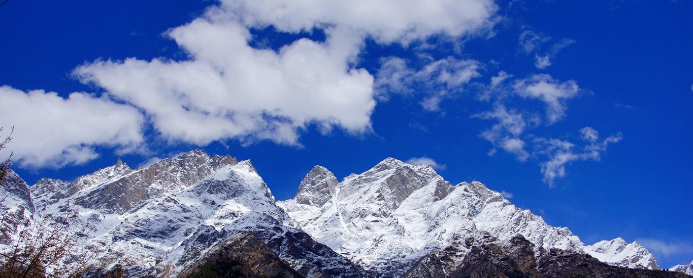 Les sommets enneigés de l'Himalaya à Sangla (Himachal Pradesh) (1)