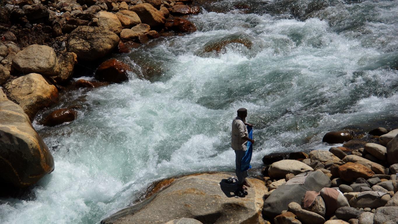 Petite lessive dans le torrent, limpide et glacé, à Sangla (Himachal Pradesh)