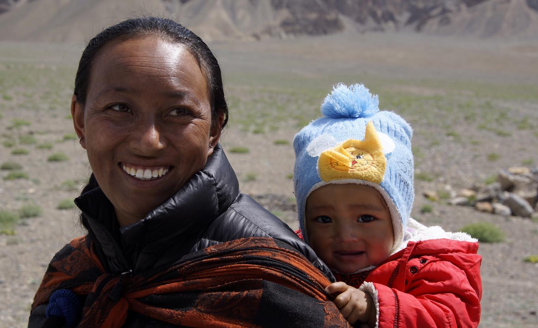 En allant de Padum à Zangla au Zanskar, nous prenons cette jeune femme et son bébé dans notre taxi