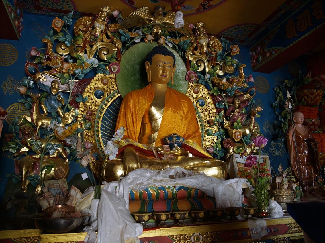statue récente et très décorée de bouddha shakyamuni au monastère de Tingmosgang Ladakh