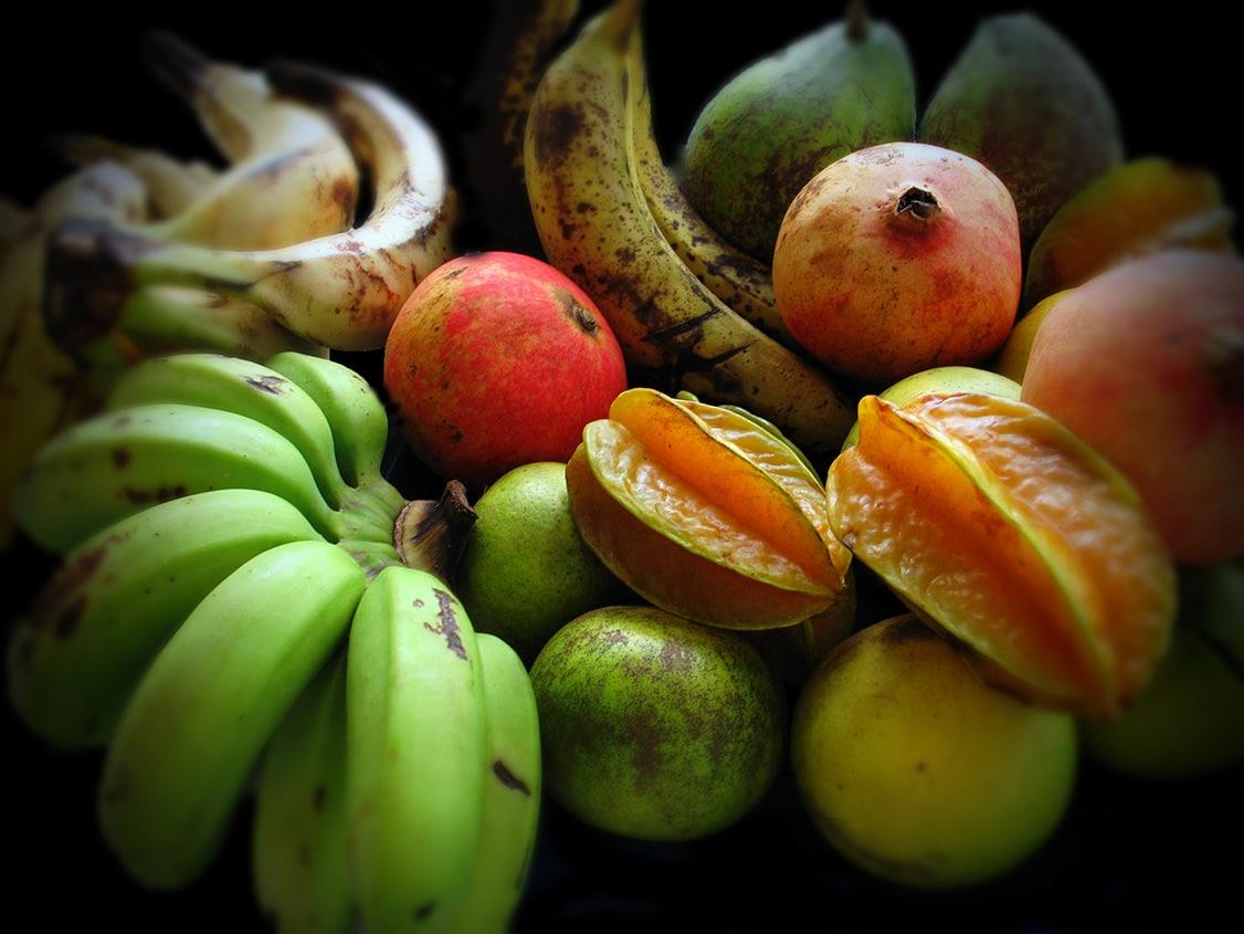assortiment-fruits-guadeloupe-bananes-vertes-jaunes-caramboles-goyaves-grenades