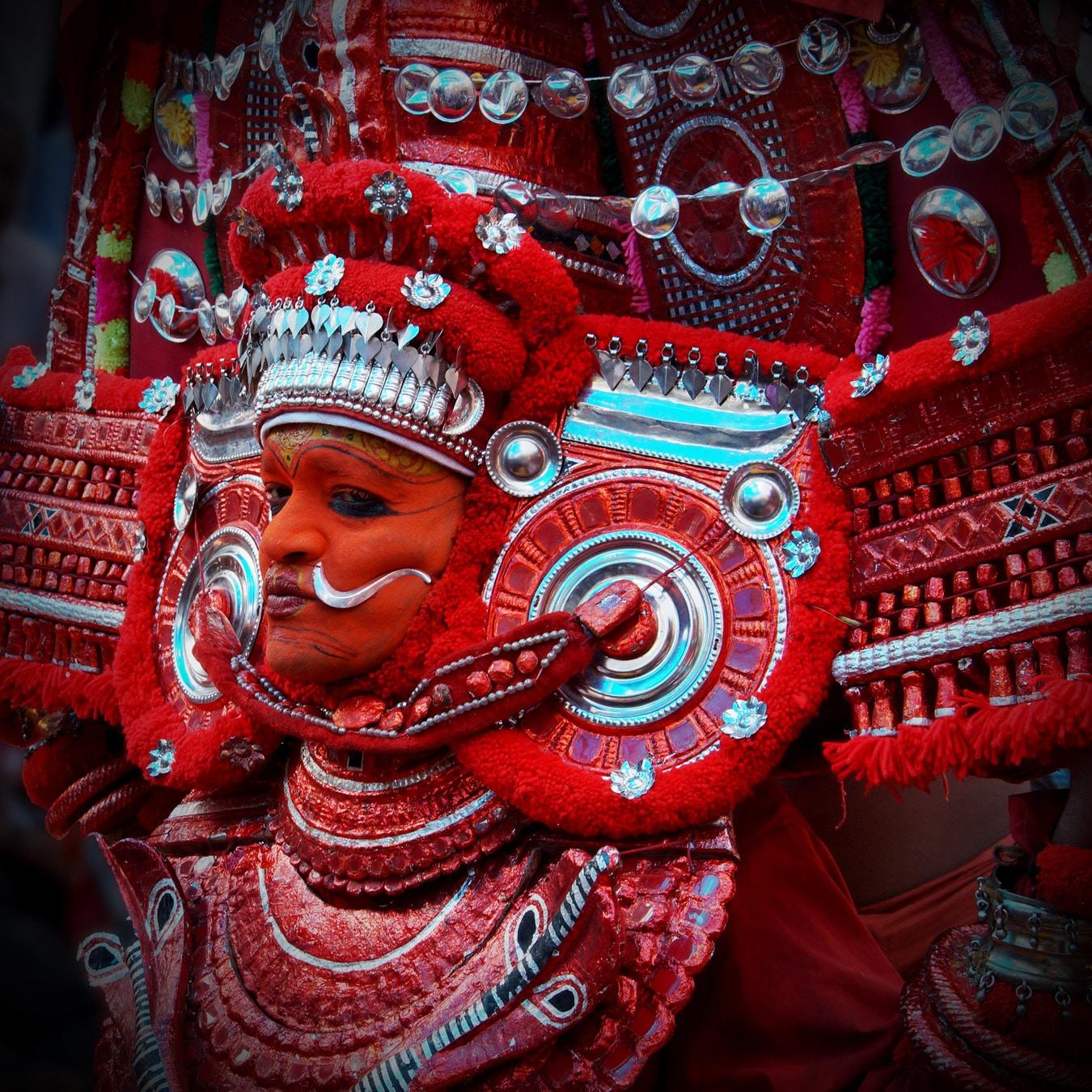 Un gros plan d'interprète - Rituel du theyyam - Kannur - Malabar