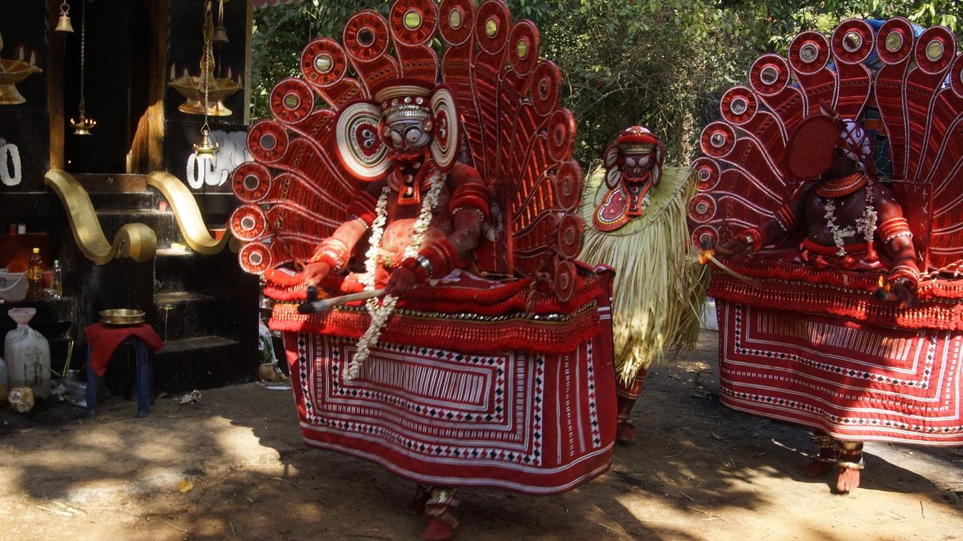 La couleur dominante est le rouge vif - Rituel du Theyyam - Kannur Côte Malabar