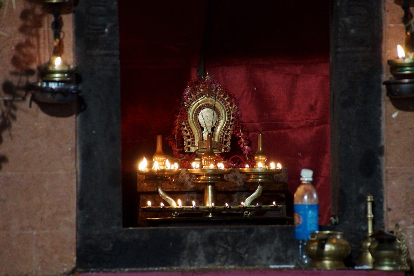 intérieur du templion habitacle du dieu - Rituel du Theyyam - Kannur Côte Malabar