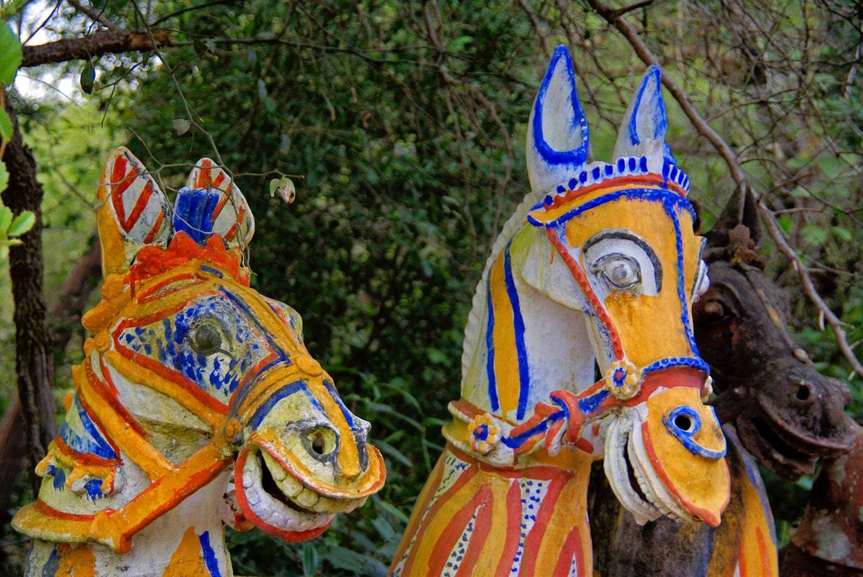 têtes de chevaux ayyanars couleurs vives tamil nadu près de pudukkotai