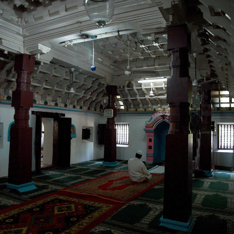 Intérieur d'une petite et très ancienne mosquée dans un village près de Allepey Kerala