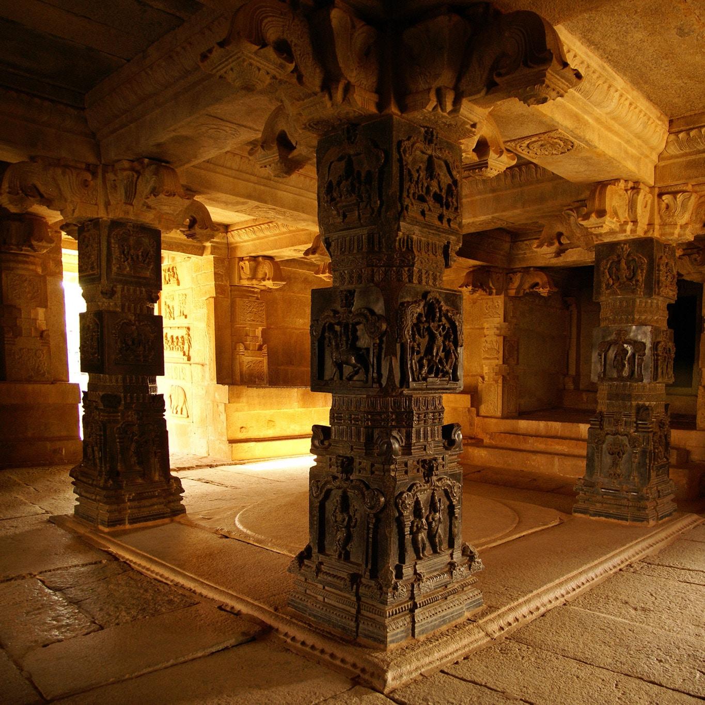 Colonnes sculptées intérieur temple Hazara rama temple. Hampi Karnataka