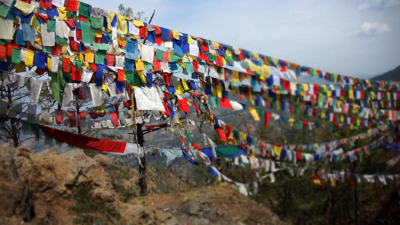 immense pont de drapeaux de prières (lungta) entre deux sommets à Shimla Himachal Pradesh