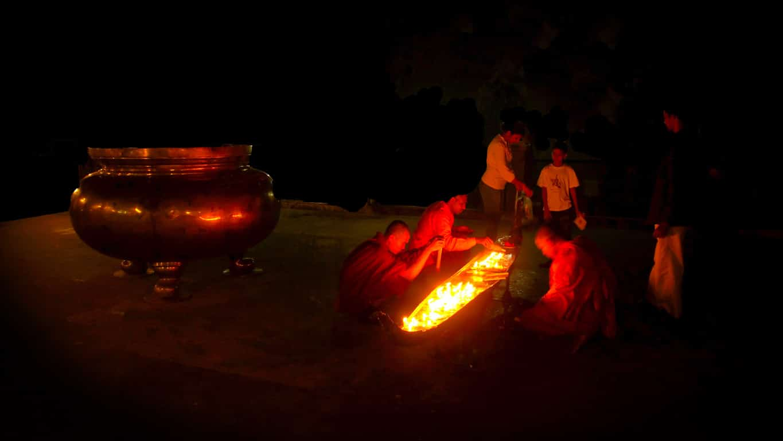 Offrandes de lumière scène de nuit à Bodhgaya bouddhisme en inde