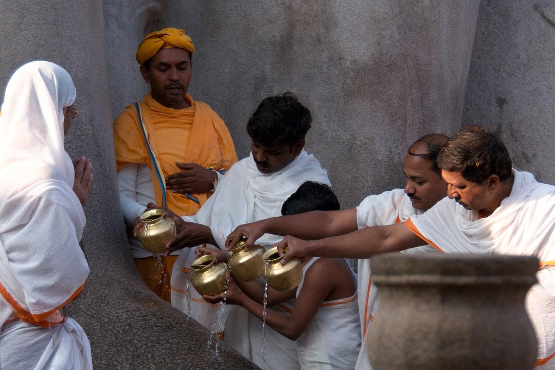 célébration d'une puja d'eau versée sur le pied de la statue monumentale Gomateshvara - jain - Indragiri - Sravanabelagola - Karnatak