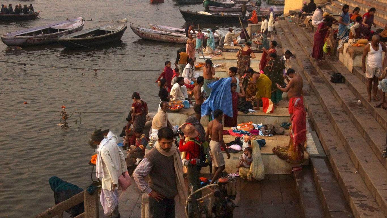 Les fidèles effectuent un bain rituel dans le gange première lueurs du jour aurore ghats Varanasi
