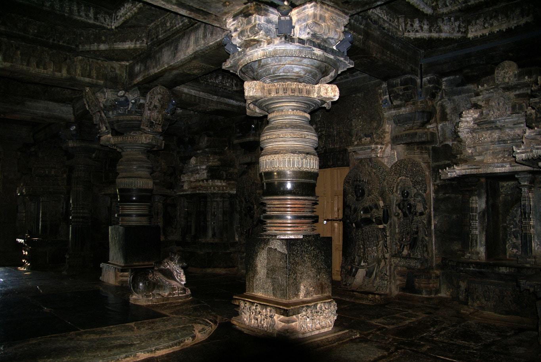 colonnes tournées temple jain Halebidu Karnataka