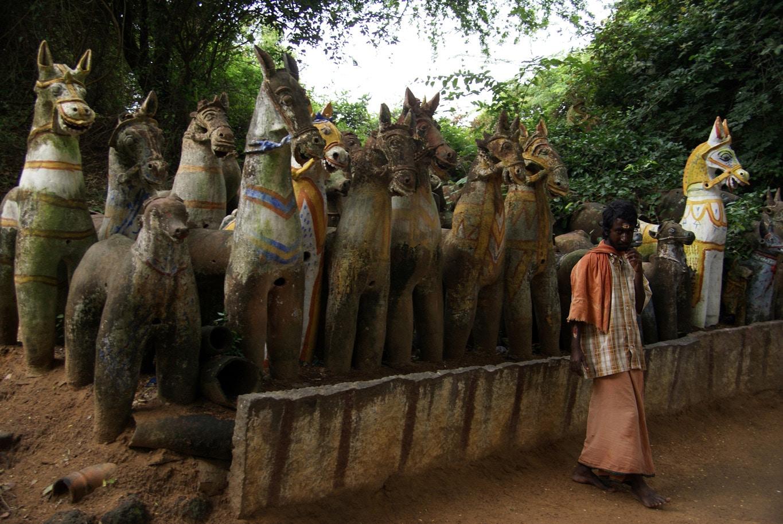 troupeau de chevaux ayyanars terre cuite temple sylvestre sud tamil nadu pas loin de Pudukkottai