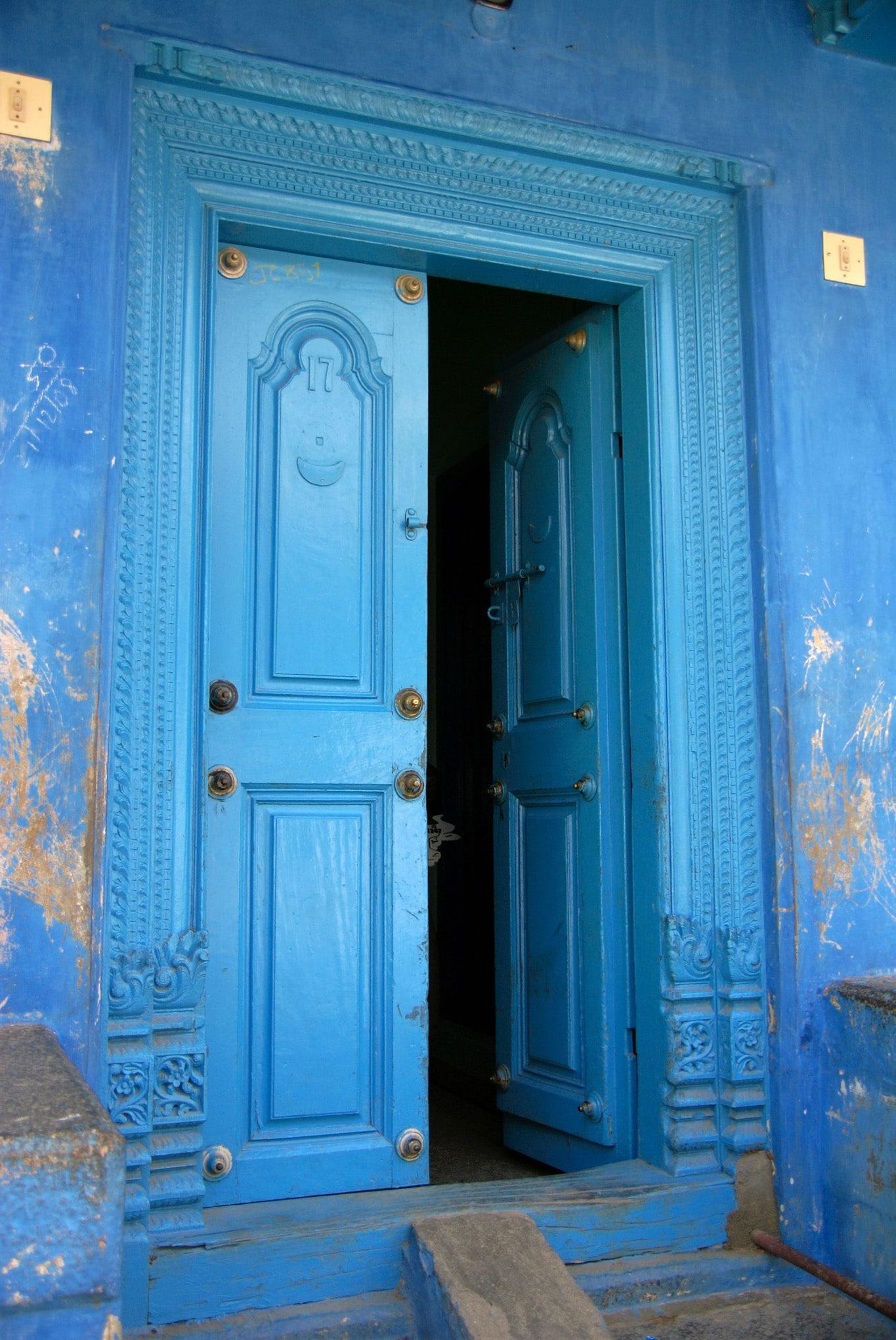 Une belle porte d'entrée bleue quartier musulman Vellore