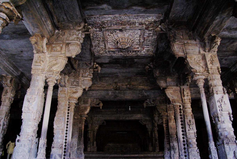 colonnes intérieur du temple Vellore