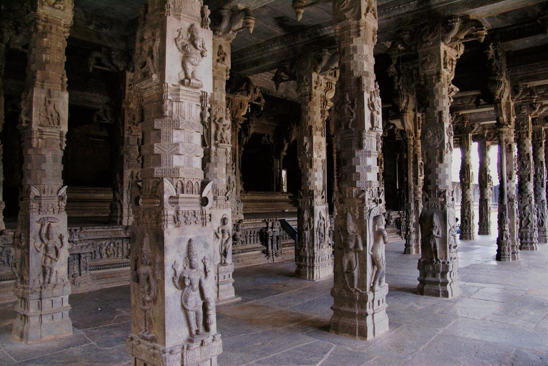 somptueuses colonnes sculptées intérieur du temple Vellore