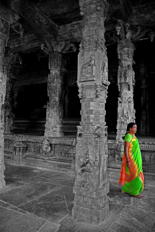 une femme en sari vert fluo dans le temple de Vellore
