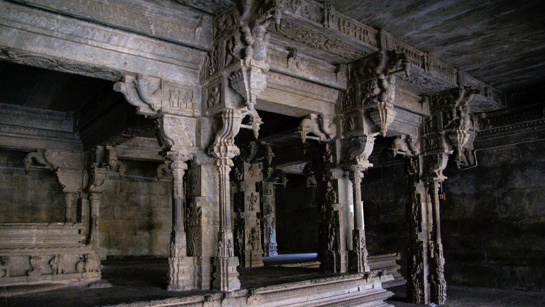 Magnifique ensemble de colonnes sculptées intérieur temple de Vellore